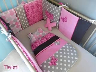 Tour de lit coussin et gigoteuse 0-6 mois, grise, fuchsia à fleur, velours rose et papillon:  de style  par Tiwisti
