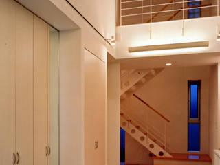 F_HOUSE: 有限会社アイエスティーアーキテクツが手掛けた廊下 & 玄関です。
