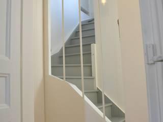 montée a l'étage: Couloir et hall d'entrée de style  par FEDON VAN OORSCHOT