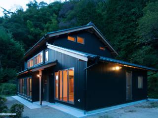 森の中の曾おじいちゃんが造った家  La casa en el bosque que el bisabuelo hecho.: アグラ設計室一級建築士事務所 agra design roomが手掛けた家です。