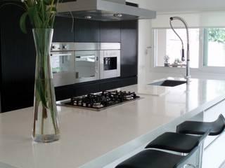 Modern Kitchen by Escala Veinte Modern