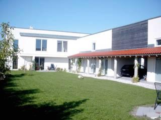 Gartenhof: moderne Häuser von Johannes Ruscheinsky Architekt