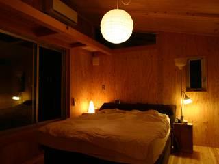 木造スケルトン+DIYでつくるこだわり空間の集合体: アトリエグローカル一級建築士事務所が手掛けた寝室です。