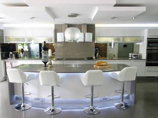 White gloss Luxury Nhà bếp phong cách hiện đại bởi PTC Kitchens Hiện đại