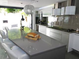 White gloss Luxury: modern Kitchen by PTC Kitchens