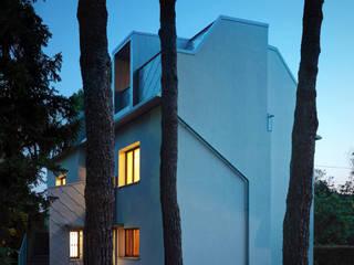 Casa EG Case moderne di es-arch Moderno