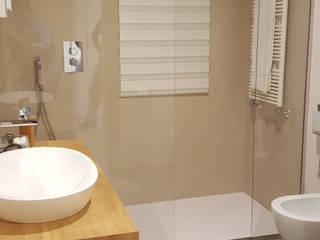 Ristrutturazione appartamento Italy: Bagno in stile in stile Moderno di ARCHITECNO