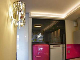 Mieszkanie z fuksją w tle : styl , w kategorii Kuchnia zaprojektowany przez Pegaz Design Justyna Łuczak - Gręda,