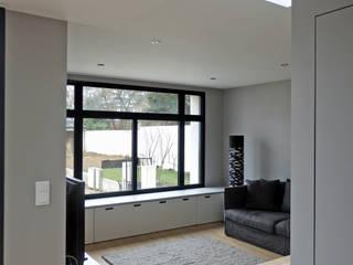 LT07. Maison - Loft et son extension: Salon de style  par AANR