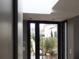 LT07. Maison - Loft et son extension: Couloir et hall d'entrée de style  par AANR