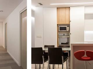 Reforma Casa M+V: Pasillos y vestíbulos de estilo  de Soler Martínez