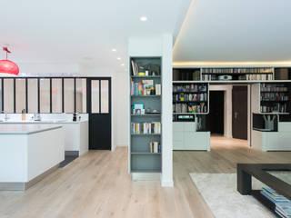 CUISINE ÎLOT OUVERTE AVEC VERRIERE Salon minimaliste par LA CUISINE DANS LE BAIN SK CONCEPT Minimaliste
