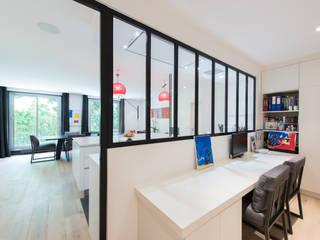 Bureau: Bureau de style de style Minimaliste par LA CUISINE DANS LE BAIN SK CONCEPT