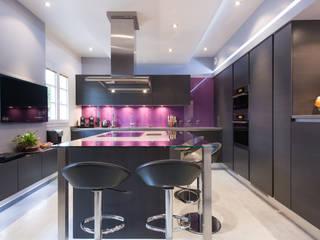LA CUISINE DANS LE BAIN SK CONCEPT Eclectic style kitchen Glass Brown