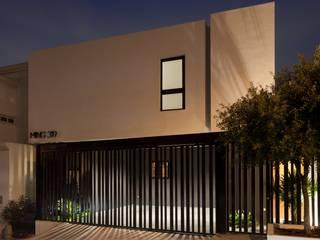 LGZ Taller de arquitectura Casas modernas: Ideas, imágenes y decoración Metal Blanco