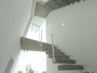 K邸: 株式会社岡部克哉建築設計事務所が手掛けた廊下 & 玄関です。