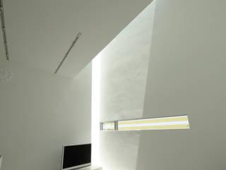 K邸: 株式会社岡部克哉建築設計事務所が手掛けたリビングです。