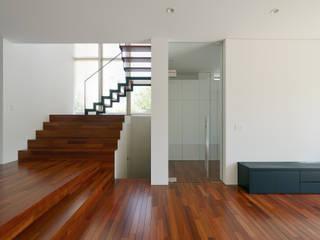 KNI邸: 株式会社岡部克哉建築設計事務所が手掛けたリビングです。