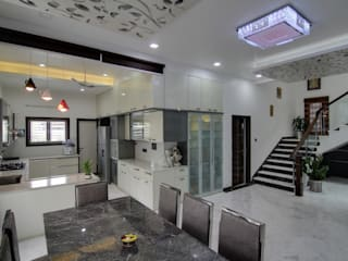 CENTRAL PYRAMID SKY LIGHT AND GARDEN THEMED INDEPENDENT HOUSE IN HYDERABAD Modern kitchen by KREATIVE HOUSE Modern