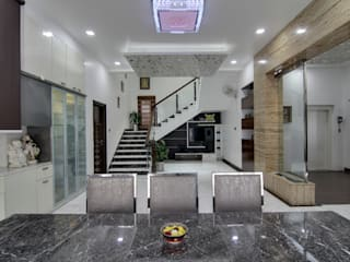 CENTRAL PYRAMID SKY LIGHT AND GARDEN THEMED INDEPENDENT HOUSE IN HYDERABAD Eclectic style corridor, hallway & stairs by KREATIVE HOUSE Eclectic