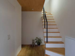 Pasillos, vestíbulos y escaleras de estilo escandinavo de 株式会社ブレッツァ・アーキテクツ Escandinavo