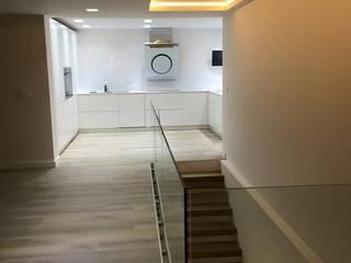 Pasillos, vestíbulos y escaleras de estilo minimalista de elisea diseño interior Minimalista