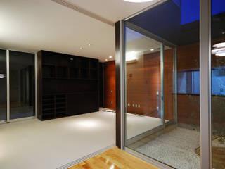 Salas de estilo moderno de 株式会社ブレッツァ・アーキテクツ Moderno