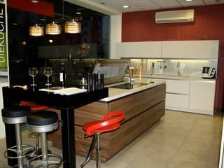 Showroom: Cocinas de estilo clásico de KÖK Studio