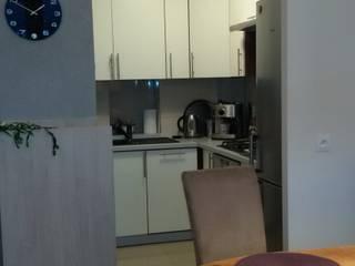Mieszkanie pary emerytów, lifting w bloku z lat 60, dwupokojowe z ciemną kuchnią, 37m2, Sopo: styl , w kategorii Jadalnia zaprojektowany przez Studio Projektowania doMIKOart