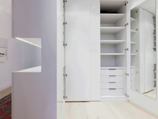 Vestidores y closets de estilo  por  Simona Garufi