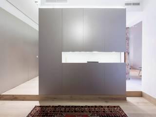 Apartament in Madrid Simona Garufi Vestidores de estilo minimalista