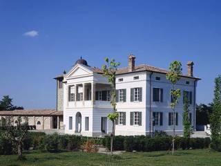 Casas de estilo clásico de Andrea Pacciani Architetto Clásico