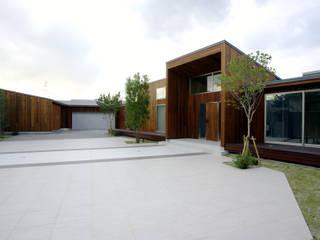 「都市の中のコテージ」癒せる木造りの家 モダンな 家 の 草木義博 Kukan Design Works Inc. モダン
