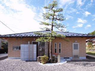 小さな町の小さな公民館 モダンな 家 の アンドウ設計事務所 モダン