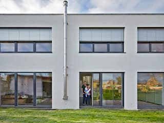 Casas de estilo minimalista de hilzinger GmbH - Fenster + Türen Minimalista