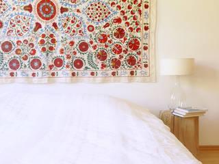 Details aus einer Berliner Altbauwohnung mit eklektischem Interieur:  Schlafzimmer von INDECORATE