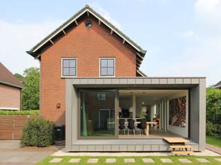Renovatie en uitbreiding Jaren 50 woning: moderne Huizen door Newjoy concepts