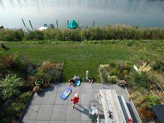 Villa de Waard Mensink, IJburg Amstrdam:  Tuin door KENK architecten, Modern