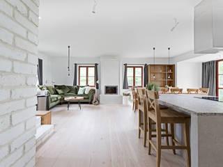 Minimalist, simple lake house design by OIKOI Ayuko Studio Comedores de estilo escandinavo Piedra Blanco