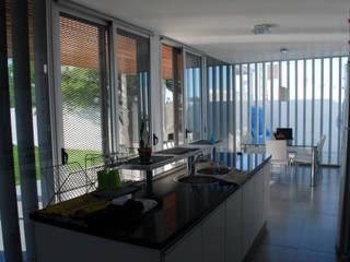 Casa en Manatiales - Casa del músico Cocinas modernas: Ideas, imágenes y decoración de barqs bisio arquitectos Moderno