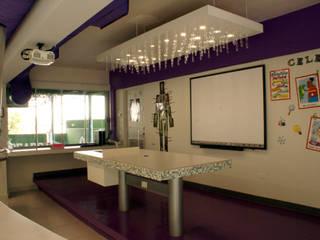 Рабочие кабинеты в . Автор – VIVAinteriores, Модерн
