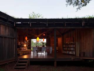 Comuna Yerbas del Paraiso - Misiones: Comedores de estilo  por IR arquitectura
