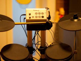 Detalhe de instrumento musical - bateria eletronica: Quartos  por ARQ Ana Lore Burliga Miranda
