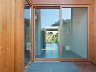 Baulückenschließung durch zwei moderne Stadthäuser raumumraum architekten Moderner Balkon, Veranda & Terrasse