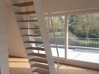 Nowoczesny korytarz, przedpokój i schody od raumumraum architekten Nowoczesny