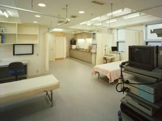 1階医院の診療部分: Guen BERTHEAU-SUZUKI  Co.,Ltd.が手掛けた書斎です。