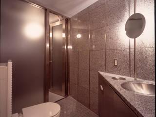客用洗面シャワートイレ: Guen BERTHEAU-SUZUKI  Co.,Ltd.が手掛けた浴室です。