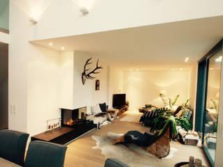 现代客厅設計點子、靈感 & 圖片 根據 moser straller architekten 現代風