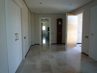 Corredores, halls e escadas modernos por CARLOS TRIGO GARCIA Moderno