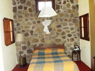 Casco de Finca en La Caldera: Dormitorios de estilo  por Valy,Rural